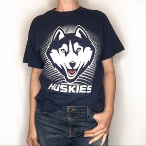 UConn navy Huskies T-shirt medium